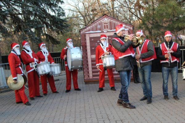 В качестве музыкальных Дедов Морозов выступили студенты Ростовской государственной филармонии. Они исполнили барабанную фиесту.