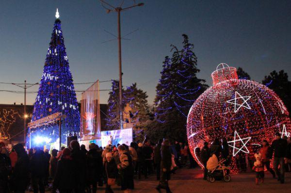 Главная ёлка Ростовской области сияет иллюминацией и манит к себе ростовчан и гостей города.