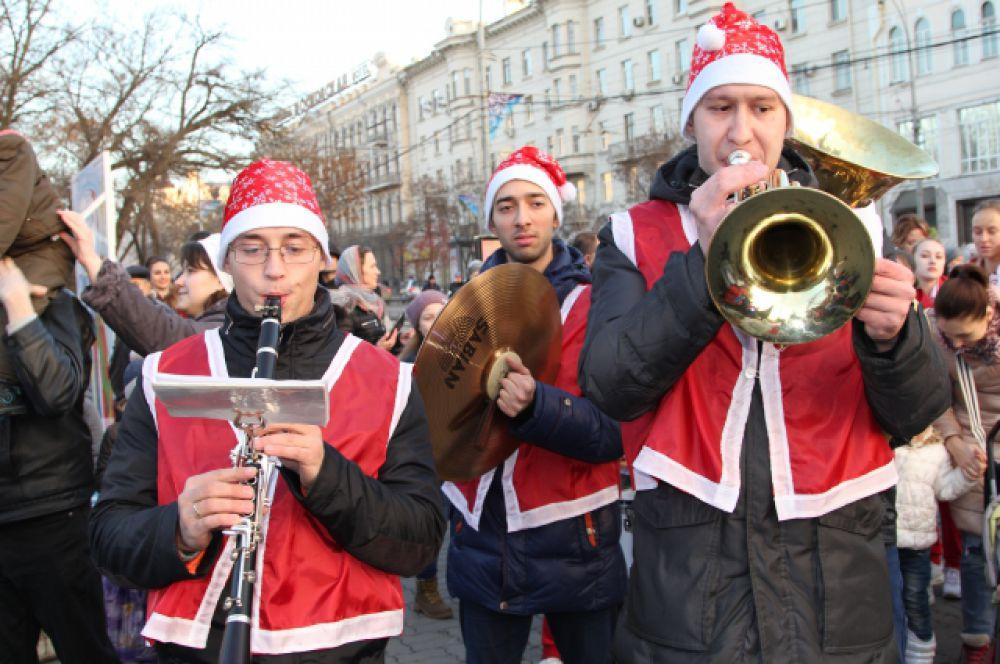 Сказочные персонажи прошлись с музыкальным шоу от здания администрации до входа в парк имени Горького, открыв театрализованный концерт.