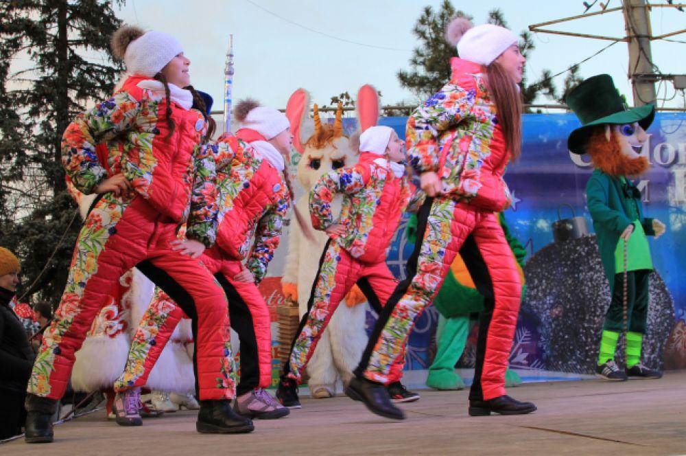 На сцене выступают только школьники. Впервые за четверть века в Ростове по итогам года зафиксирован демографический «плюс». В городе появились на свет 11643 малышей.