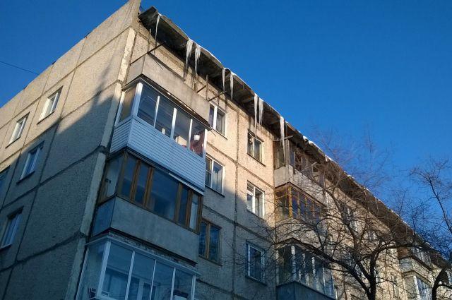 Мужчина зацепился ногой за балкон