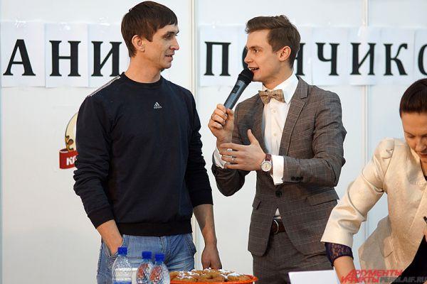 Правила стандартные: чтобы взять главный приз, а это 15 тысяч рублей, нужно было за десять минут съесть как можно больше сладких пончиков.