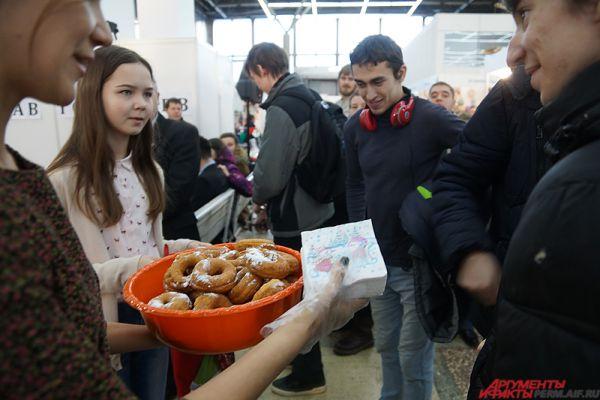 В финале мероприятия всем зрителям бесплатно раздали по пончику.