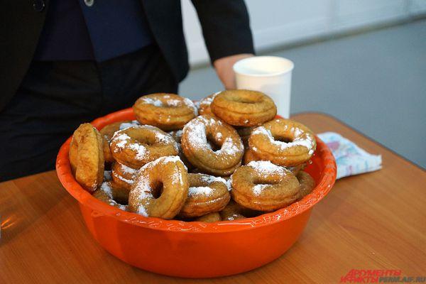 Специально для состязаний было изготовлено порядка тысячи пончиков (37 килограмм).