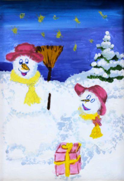 Участник №64. Батюк Мария: В лесу жили две снеговички.  Снеговичка мама Елочка и снеговичка дочь Снежинка. В одну волшебную зиму Елочка и Снежинка получили подпрок от Деда Мороза.Они очень обрадовались, потому что Снежинка получила куклу, а мама Елочка телефон. Это были самые заветные желания снеговичков.