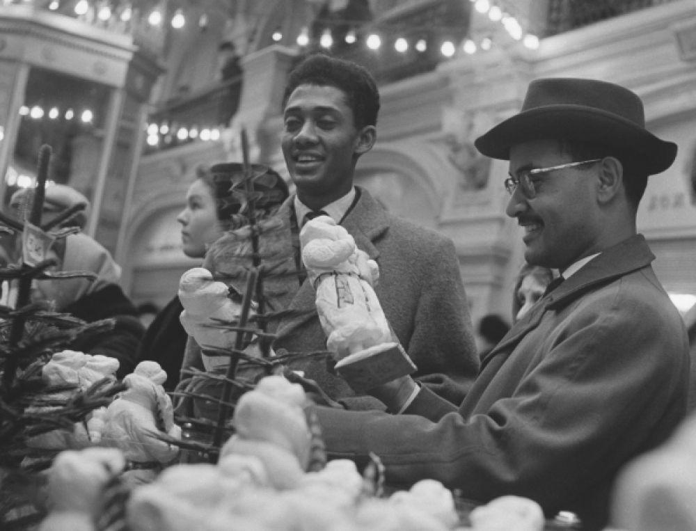 Студенты Университета дружбы народов имени Патриса Лумумбы выбирают подарки к Новому году в ГУМе, 1962.