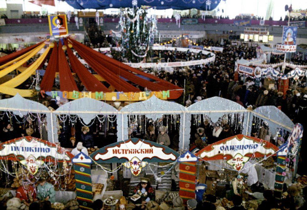 Бауманский рынок Москвы в канун Нового года, 1987.