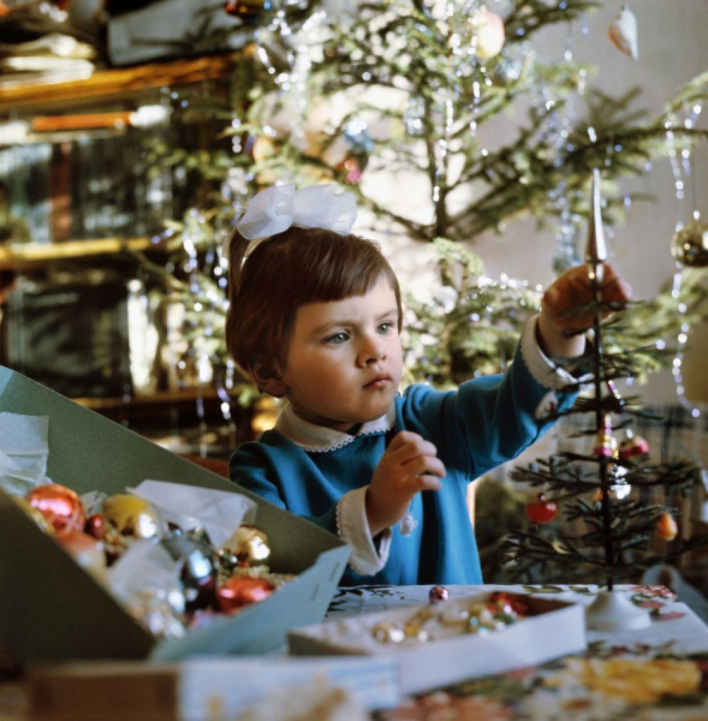 Девочка украшает ёлку, 1973 год.