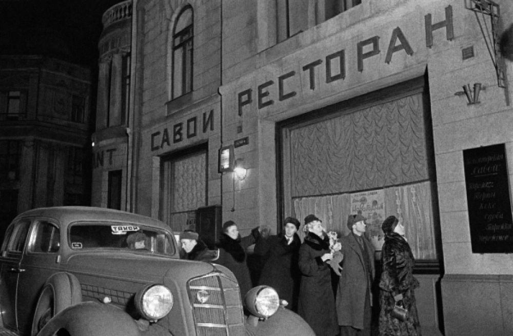 Москвичи готовятся к встрече Нового года в ресторане «Савой», 1939 год.