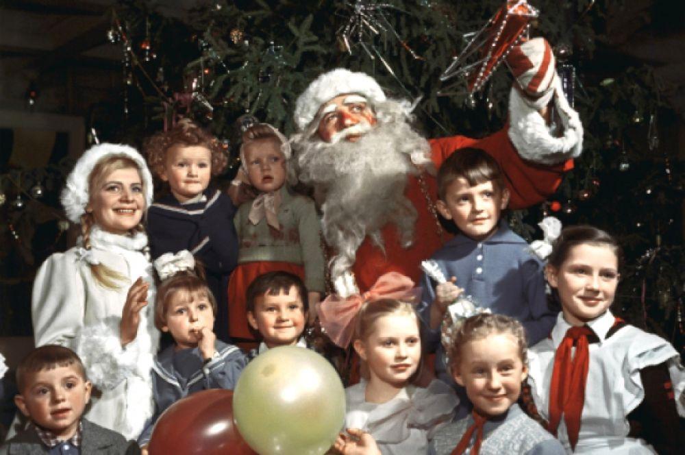 Дед Мороз и Снегурочка с детьми на новогодней ёлке, 1960.