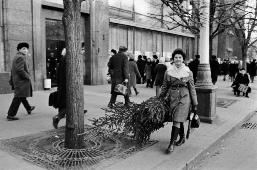 Пожалуй, самой ранней возрожденной новогодней традицией стал обычай ставить в доме к Новому году живую ель. Обычной картиной были люди, которые за полторы-две недели до праздника везли в метро перевязанные бечевкой елки, купленные по случаю. На фото: 1972 год.