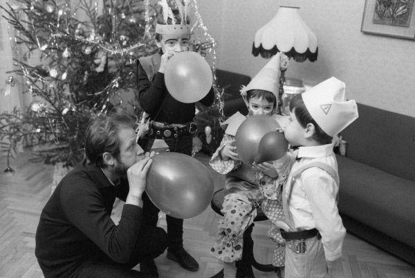 Папа и дети готовятся к встрече Нового года, 1987.