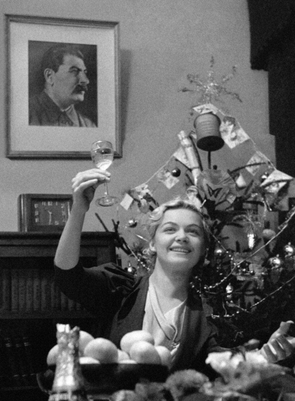 Традиции празднования Нового года в СССР начали по-настоящему складываться только после войны. 1 января стал выходным днём в 1947 году, лишь тогда у жителей СССР появилась возможность как следует погулять в новогоднюю ночь. На фото: 1939 год.