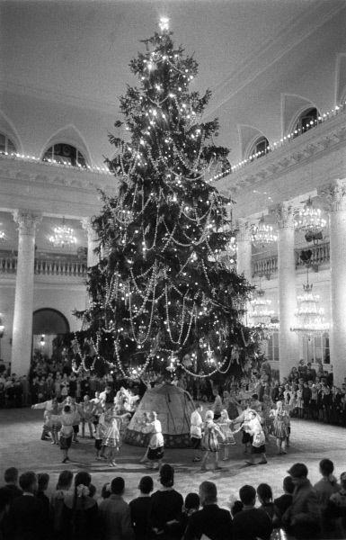 С 1954 года представления для детей и молодежи стали проходить в Кремле: сначала в Георгиевском зале Большого Кремлевского дворца, затем в Кремлевском дворце съездов (ныне Государственный Кремлевский дворец). С тех пор елка в Кремле считается главной елкой страны. На фото: 1960 год.