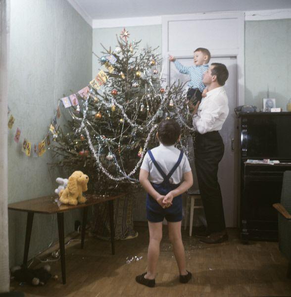 Ёлку наряжали всей семьей. К концу 1960-х годов был налажен массовый выпуск игрушек для новогодней ёлки, и можно было купить довольно простые варианты из пластика, обычно с советской символикой.