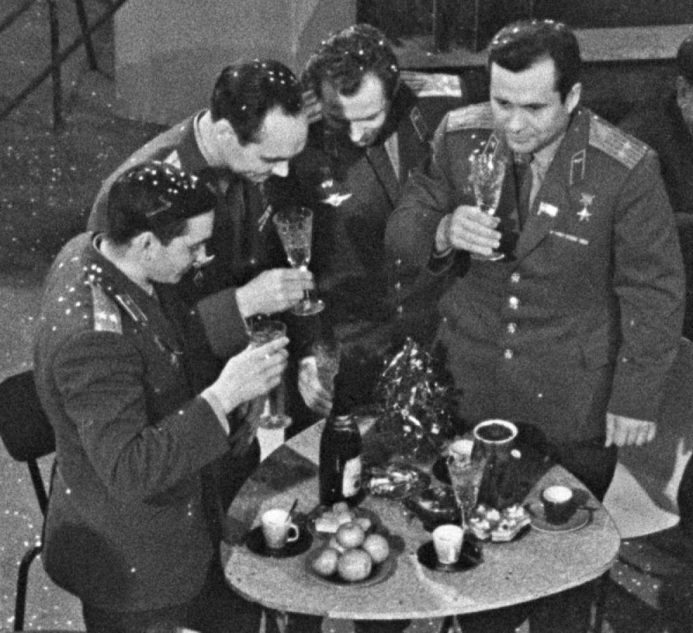 Летчики-космонавты СССР на встрече Нового года, 1963.