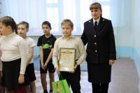 Павла Никитина наградили на общешкольной линейке.