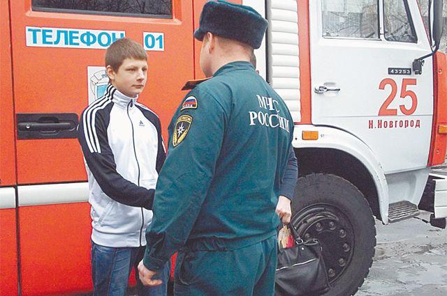 Каждый пожарный части пожал ему руку. Фото ГУ МЧС России по Нижегородской области.