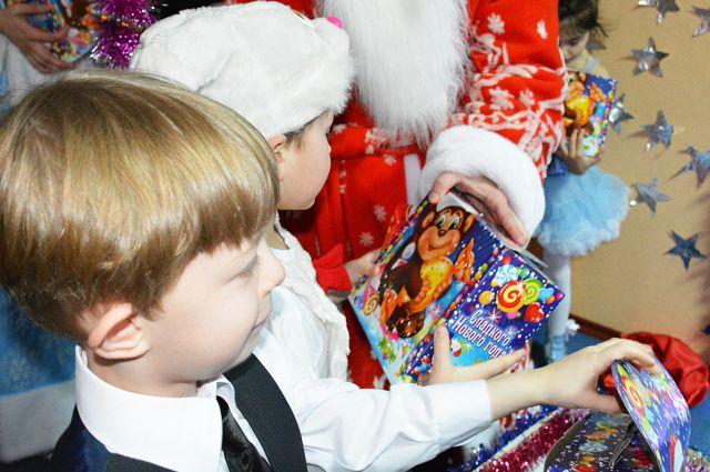 Дети остались довольны подарками.