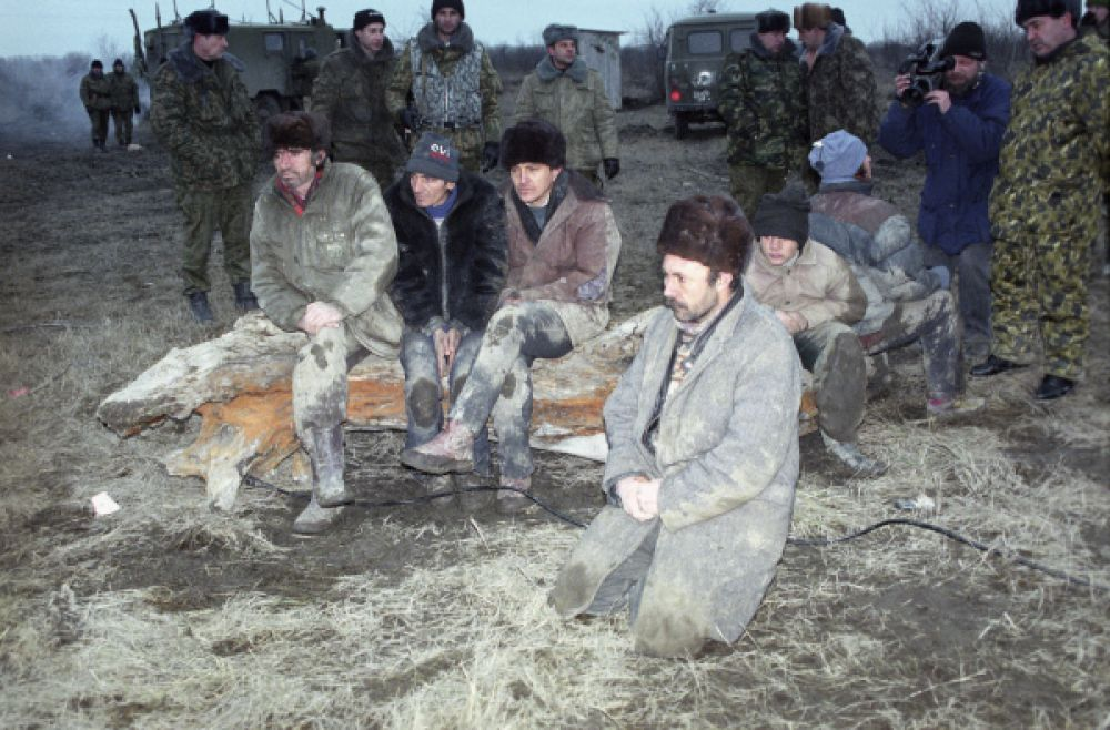 Операция была завершена 18 января, однако большей части бандитов, в том числе Радуеву, удалось прорваться из окружения и скрыться на территории Чечни. Большая часть заложников была спустя сутки отпущена боевиками. На фото: первая освобожденная группа заложников.