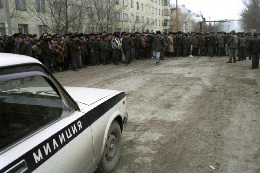 Боевики сообщили, что ими захвачены 3 тысячи человек. За каждого погибшего чеченца они грозили расстреливать по 15 мирных жителей. Требованием террористов было беспрепятственно выпустить их на территорию Чечни, не контролируемую федеральными силами.