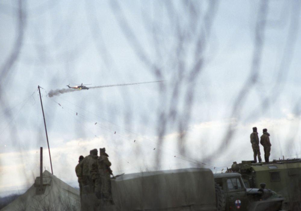11 января отряд боевиков выехал в Чечню на предоставленных автобусах, используя заложников в качестве «живого щита». Колонна была остановлена федеральными силами на границе Чечни у села Первомайское, после чего боевики укрепились в селе.