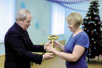 Губернатор вручил заведующей символический ключ от детского сада. Сюда смогут ходить все дети с. Фоки в возрасте до семи лет.