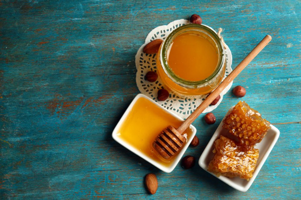 Мед. Один из лучших продуктов, выводящих токсины. Особенно он хорош при добавлении в молоко или в теплую воду с капелькой лимонного сока. Но будьте аккуратны, 1-2 столовые ложки в течение дня – это максимальная доза. Мед – очень сильный продукт.