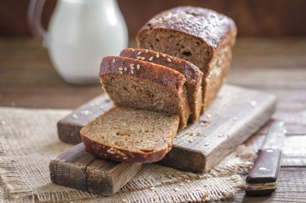 Черный хлеб. В нем содержится много витаминов группы B, которые врачи часто используют для вывода людей из алкогольного опьянения.