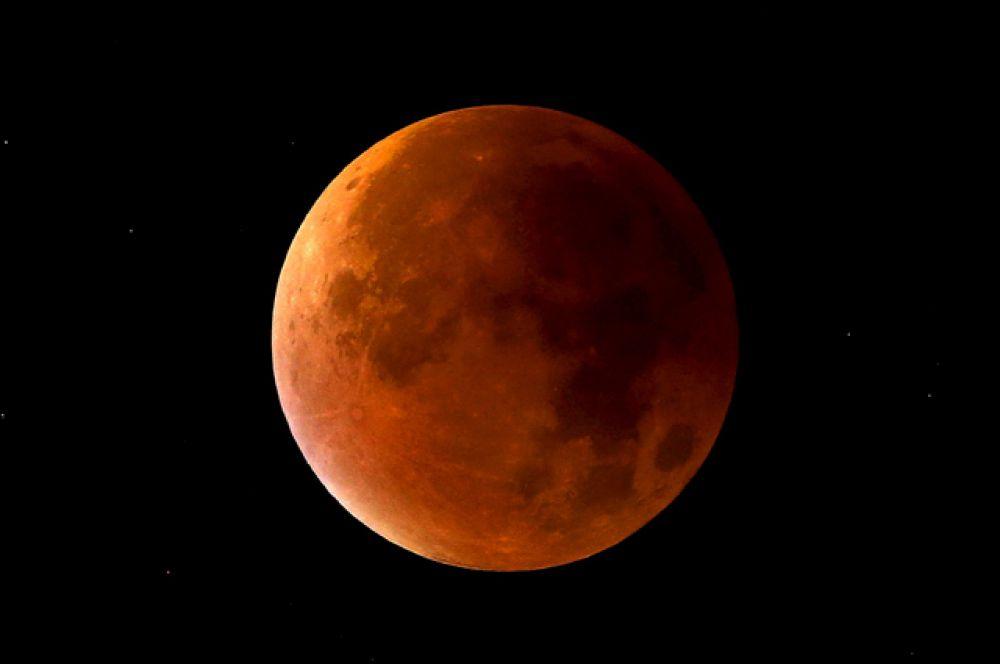 Лунное затмение совпадает с так называемым «суперлунием» в Ньюкасл-андер-Лайм, Стаффордшир, Великобритания, 28 сентября 2015 года.