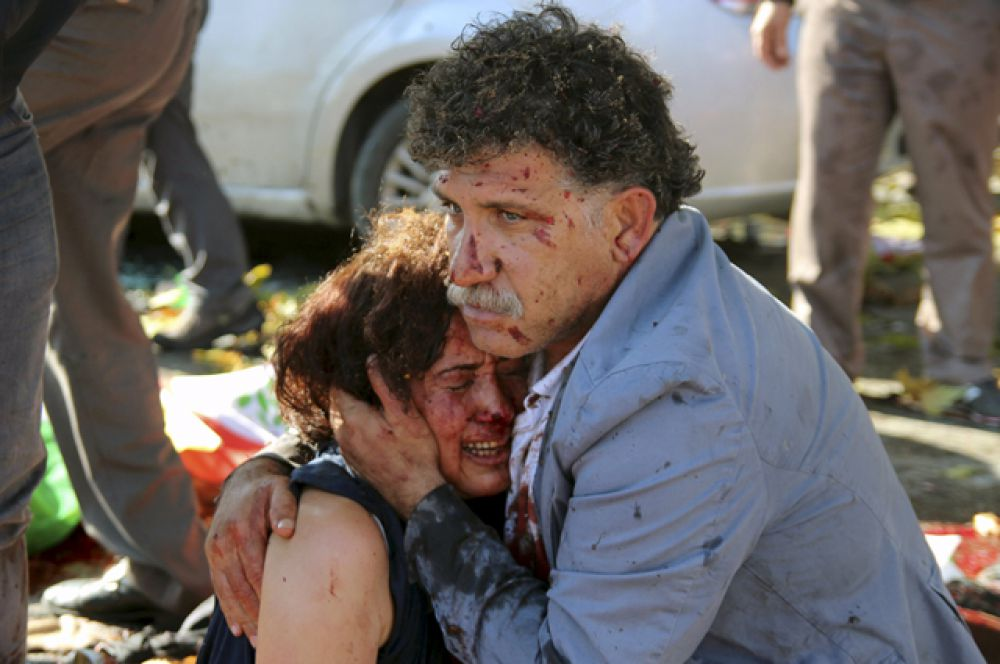 Люди обнимаются после взрыва в центре Анкары, Турция, 10 октября 2015 года.