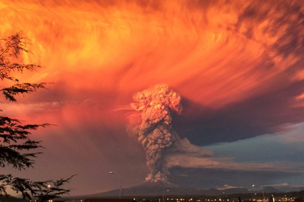 Извержение вулкана Кальбуко, Чили, 22 апреля 2015.