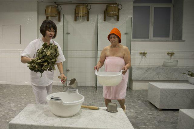 Банщица работает с посетительницей в Варшавских общественных банях в Москве, открытых после капитального ремонта.