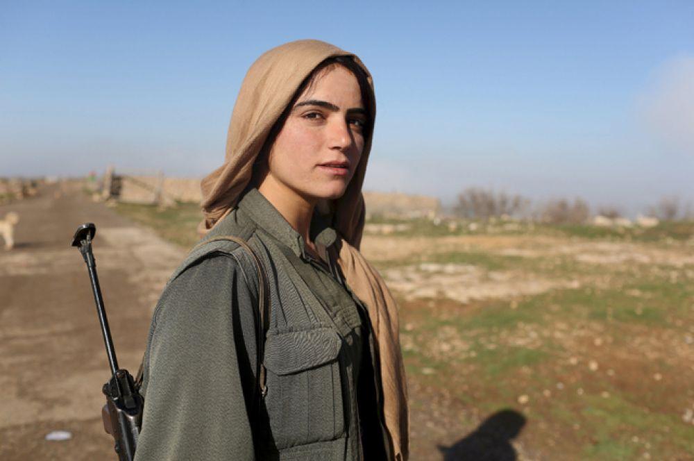 Женщина из рабочей партии Курдистана, Ирак, 13 марта 2015 года.
