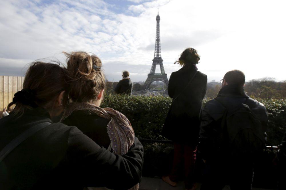 Минута молчания в память о жертвах терактов в Париже, 16 ноября 2015 года.