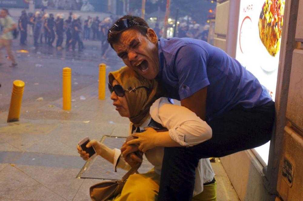 Пострадавшие от слезоточивого газа, используемого ОМОНом для разгона демонстрантов в центре Стамбула, 20 июля 2015 года.