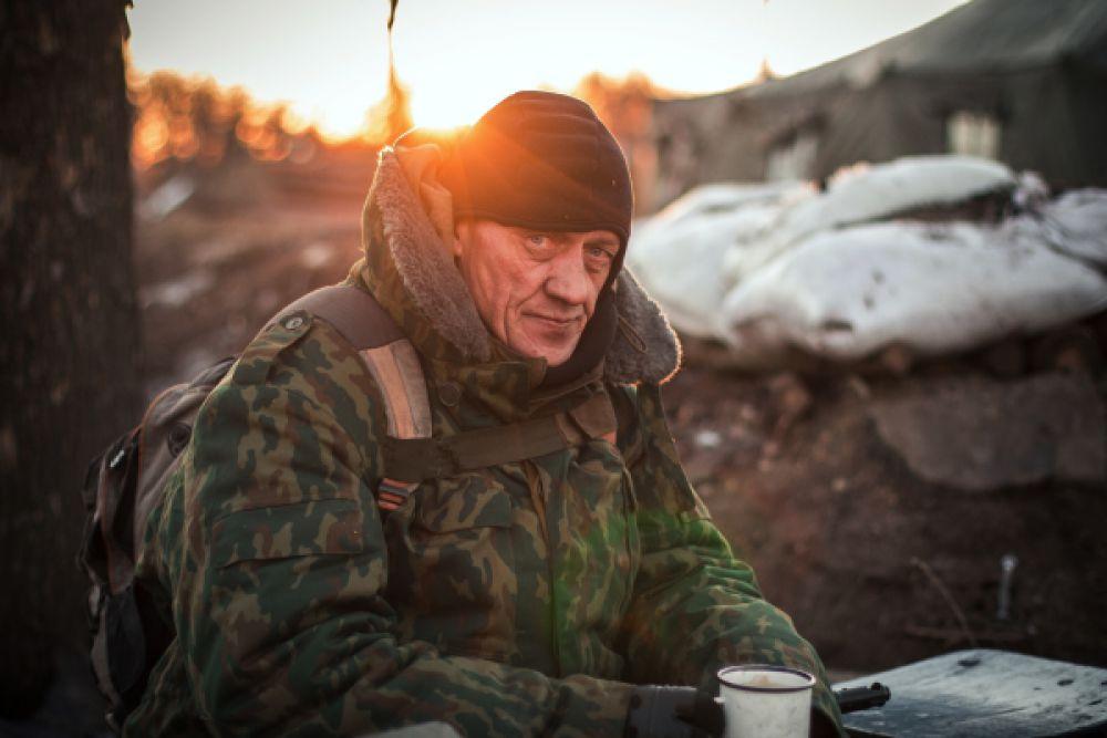 Ополченец Донецкой народной республики в разрушенном укрепрайоне украинских силовиков на окраине города Дебальцево, 24 февраля 2015.