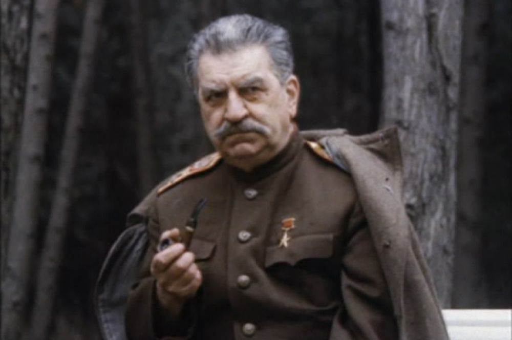 Рекордсменом по сыгранным ролям является Георгий Саакян: он сыграл Иосифа Сталина в 36 фильмах. На фото: актёр в фильме «Завещание Сталина» (1993).