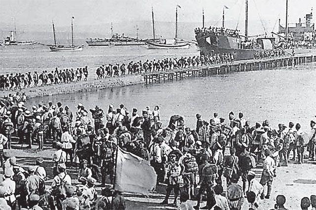 Транзит беженцев. Нижние чины белых садятся на пароход «Саратов» в Константинополе, 1920 г.