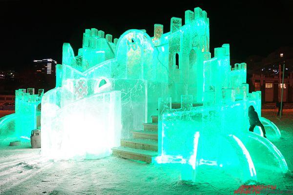 Также там расположились ледовые мишки, Дед Мороз, Снегурочка, символ года Обезьяна, ловушка «Тайны Кунгура».