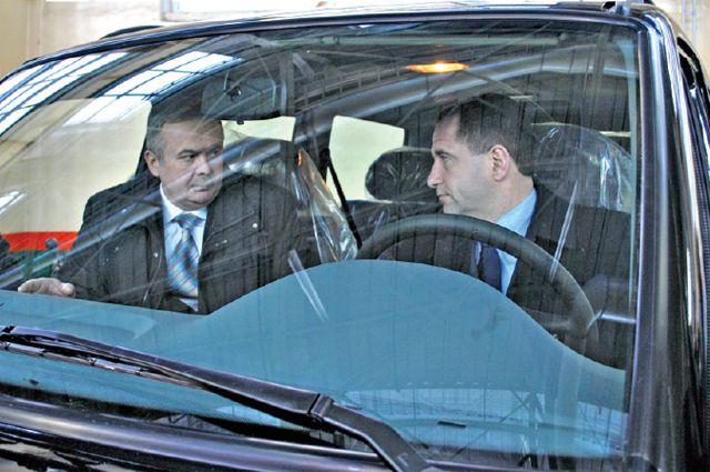 За рулём «УАЗа» – полпред президента в ПФО Михаил Бабич. Спасёт ли производителей и покупателей наших джипов внимание высокого начальства?