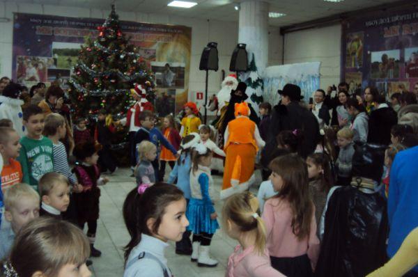 Уже за час до назначенного срока весь холл заполнен детьми.