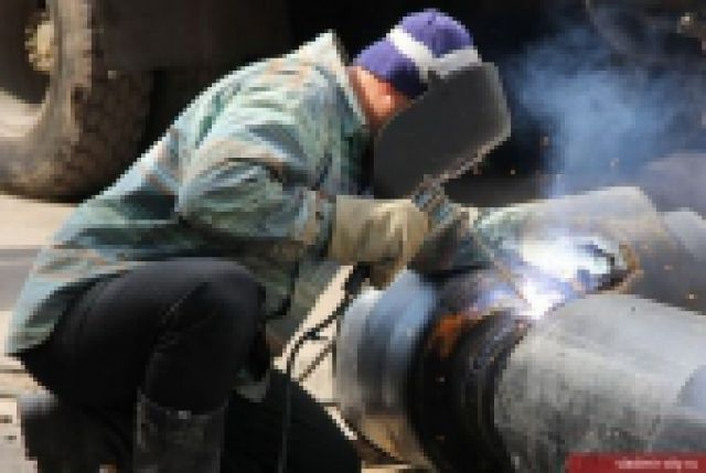 Специалисты исследуют участок прорвавшегося трубопровода