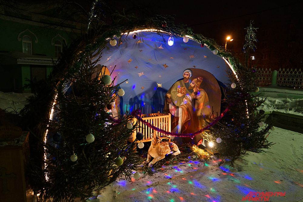А у входа в церковь устанавливают Рождественский Вертеп.