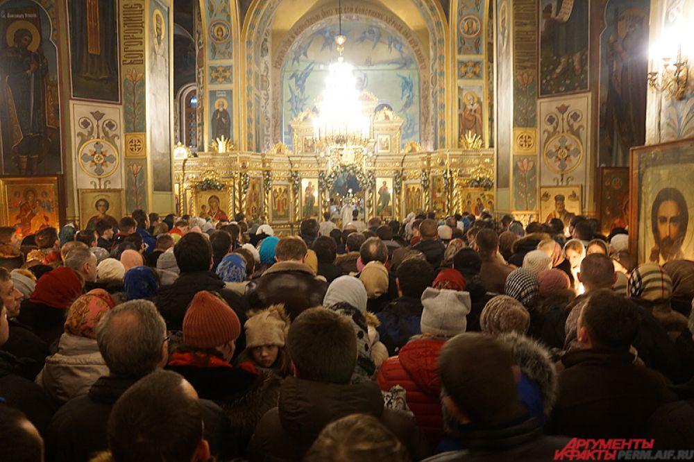 Так, в центральном храме Перми, Свято-Троицком кафедральном соборе, было не протолкнуться.
