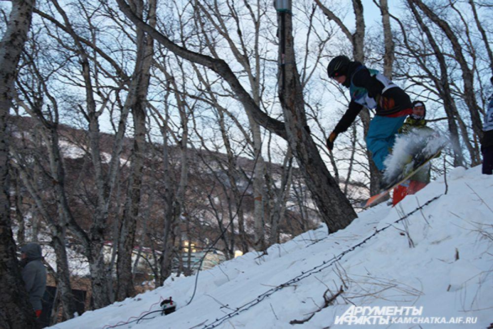 Для спортсменов на склоне Никольской сопки построили снежную горку.