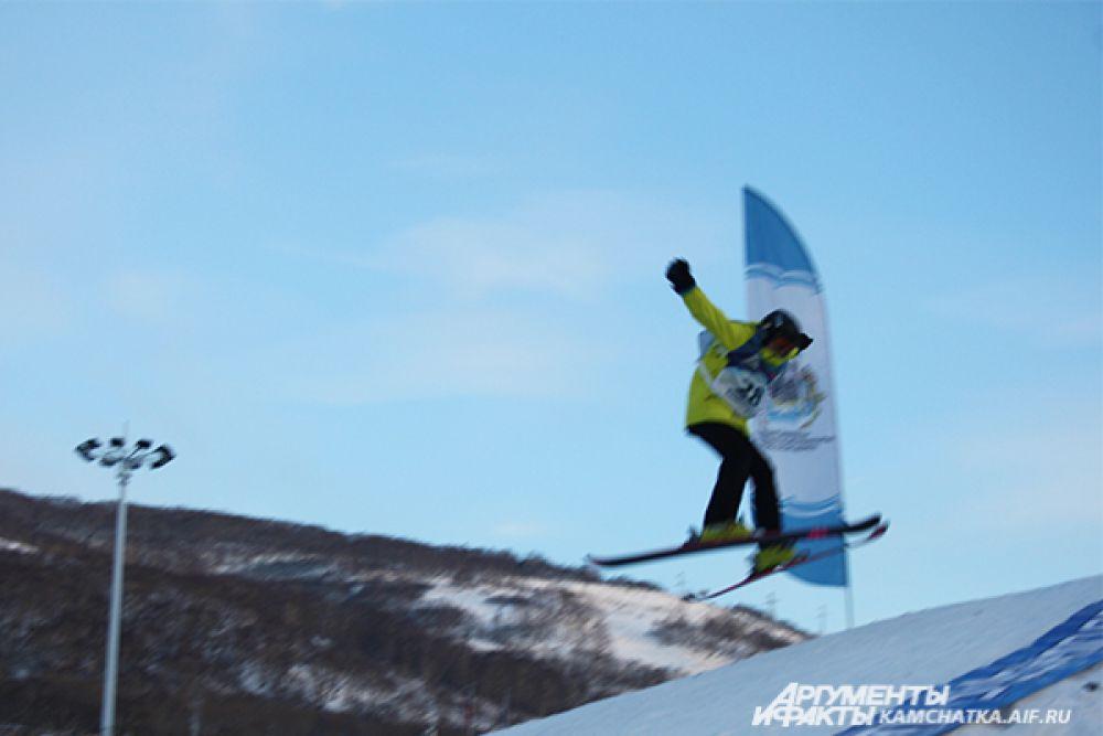 Экстремалы выступали в дисциплинах «Горные лыжи» и «Сноуборд».