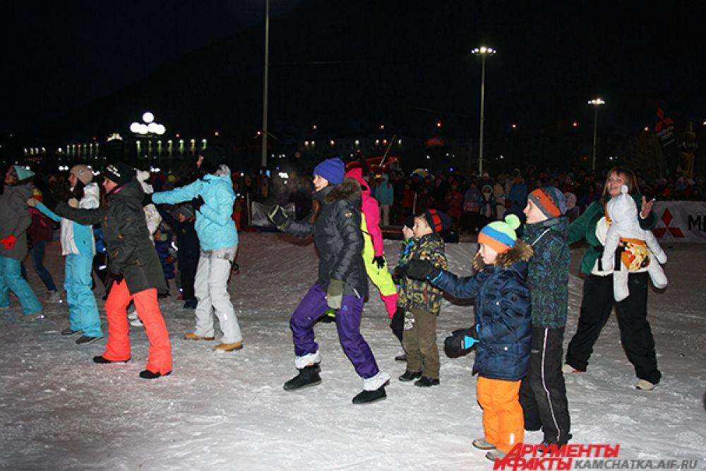 Согревались зрители в морозный январский день, танцуя зумбу.
