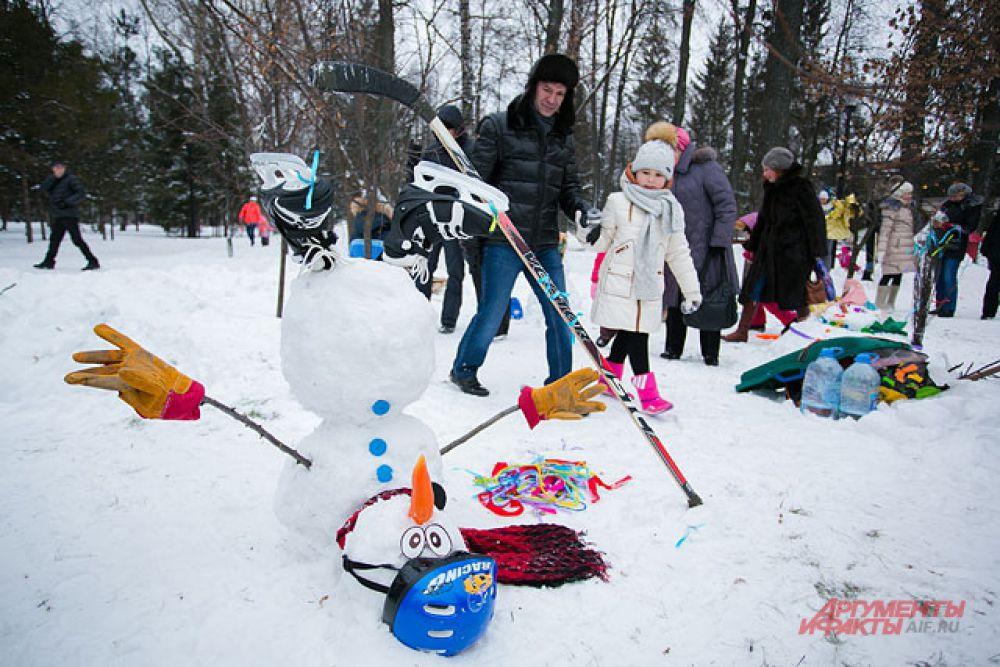 Этот снеговик был признан лучшим. Знакомьтесь, Ёлки-метелки и скользкий тип.