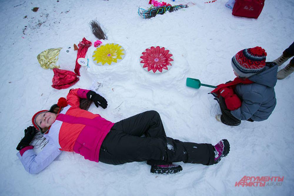 Некоторые снеговики лежали. Вот так приходилось делать фото на память.